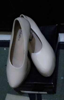 Sepatu pesta heels cream