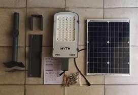 Lampu jalan tenaga surya100. W. Termasuk tiang besi bulat dan pasang.