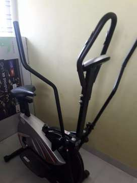 Eleptical cycle with twister