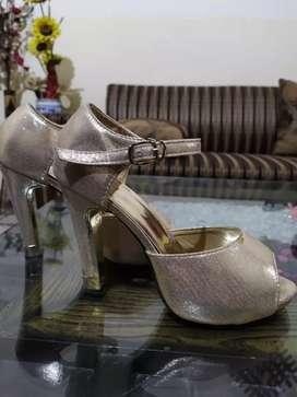 Girls golden beautiful partywear pumps