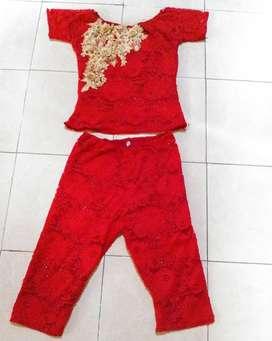 Setelan merah brokat