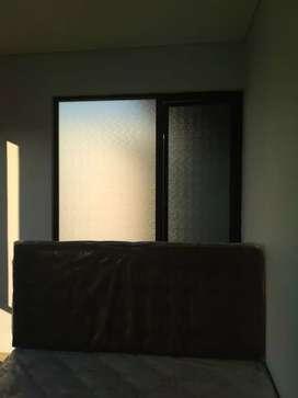 Stiker sanblas dan kaca film yang dipasang dikama tidur