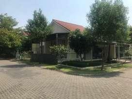 Rumah hook asri terawat area terbuka hijau di kota baru parahyangan