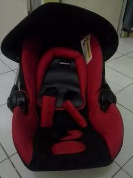 Tempat duduk bayi mobil