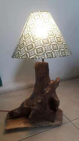 Lampu meja hias kayu