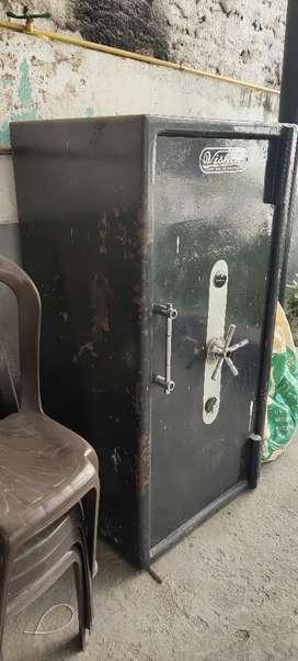 Vishal locker for sale 1200kg rs 50000