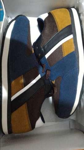 Sepatu sport baru