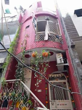 25 gaj flat in Trilokpuri which is in good condition and ready to move