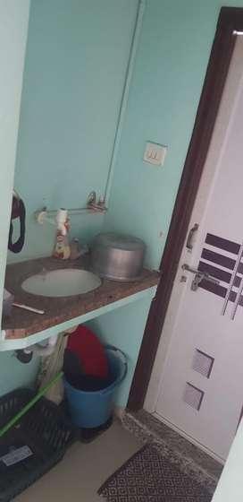 1BHK flat bahut achhi condition he flat ki bhi or building ki bhi