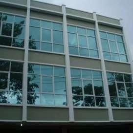 proses pemasangan kaca film gedung atau rumah
