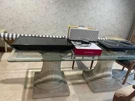 Meja makan kaca dan kursi