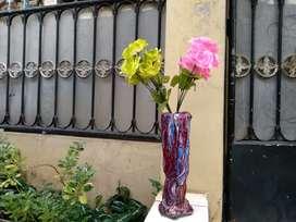 Vas bunga antik dan Bunga mawar plastik