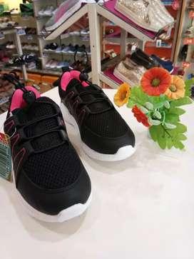 Sepatu slip anak perempuan