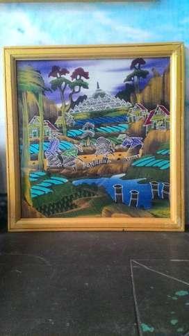 lukisan pemandangan dibingkai kaca lawas.
