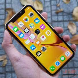 selling excellent condition apple iphone xr with all accessories and b