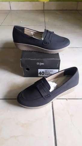 Sepatu sandal bekas berkelas