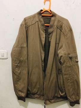 Di jual jaket uk XL kondisi baru beli, kebesaran ukuran nya.