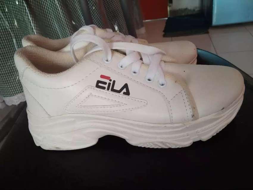 Sepatu filla baru sekali pakai lama disimpen 0