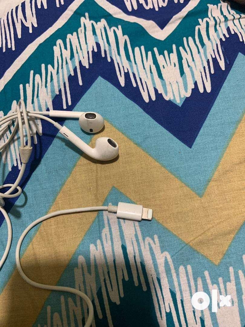 Apple Earphones 0
