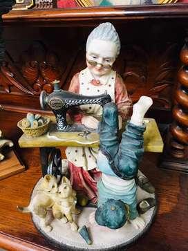 Patung Nenek Menjahit