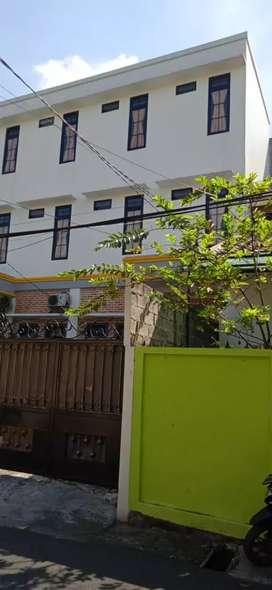 Dijual rumah siap huni dengan 20kamar untuk kos kosan. Lok strategis