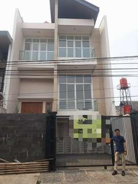 Di jual Rumah mewah 3 lantai kondisi baru