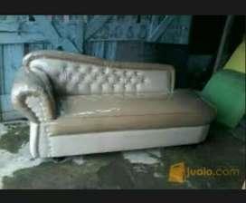 Sofa santai cream coklat motif kancing.