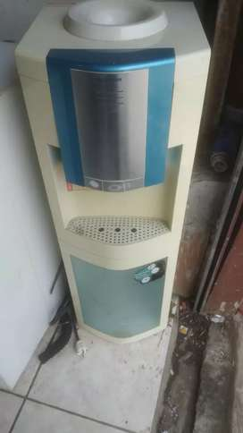 Kulkas bawah dispenser atas