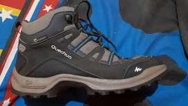 Sepatu gunung quechua