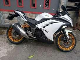 Ninja 250cc putih.