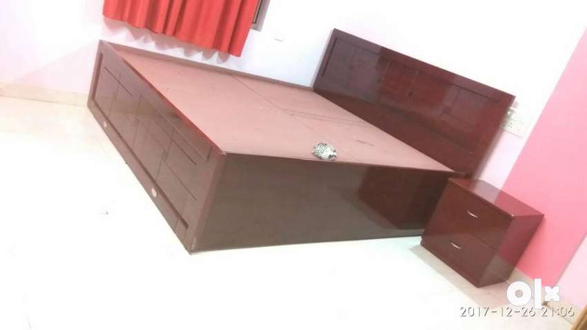 King size bed for Sale with 6x6.5x8 mattress with 4 year warranty left 0