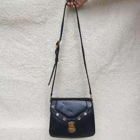 MCM hitam kulit asli tebal sling bag