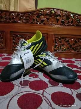 Sepatu Adida f50
