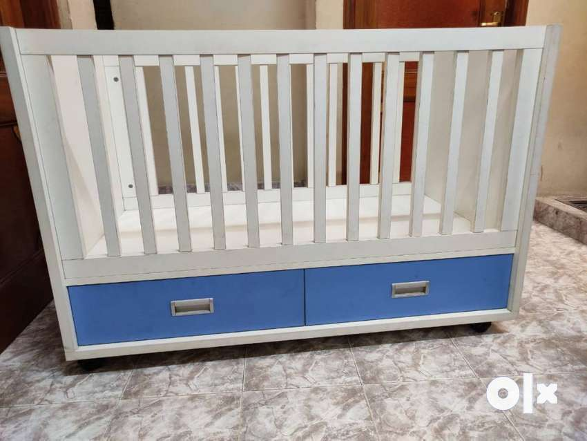 Baby Cot with drawers and wheel 0
