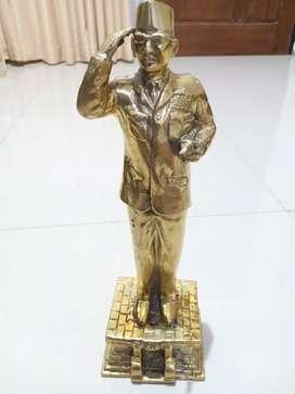Barang Antik Patung Sukarno dari Kuningan Tinggi 30 cm Berat 1 kg.