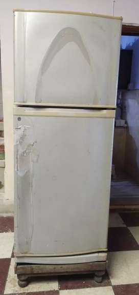 Fridge in good condition old is gold