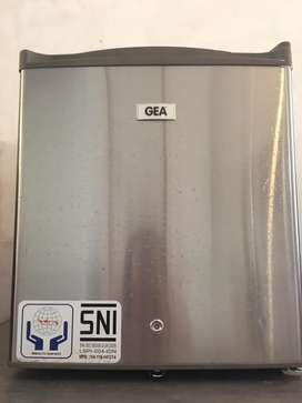 GEA Mini Fridge RS-06DR