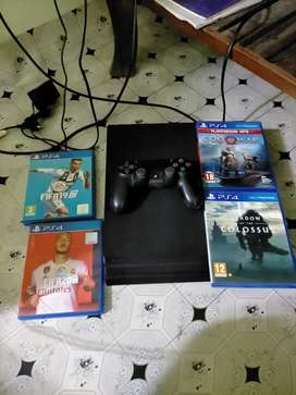 PS4 PRO with original joystick and 4 free game disks