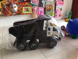 Mainan mobil truk