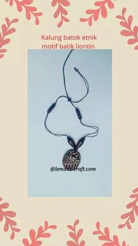 Kalung batok etnik motif batik liontin