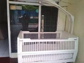 Tempat tidur bayi besar