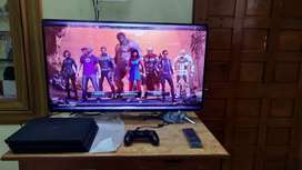 PS4 PRO 1 TB IN MINT CONDITION WITH 2 CONTROLLER WITH GAMES