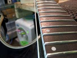 Guitar tech Pasang fret jescar dengan pemotongan bulat.