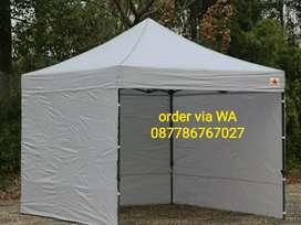 Tenda lipat warna putih.