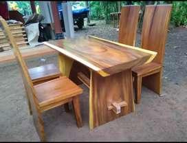 Meja makan 4 kursi blok kayu utuh terambesi.