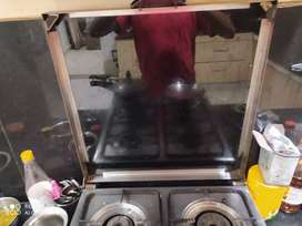 Gas stove with four burner