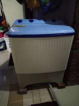 Mesin cuci dua tabung Polytron
