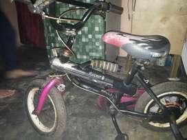 Sepeda pacifik anak kecil usia 4 atau 5 tahun