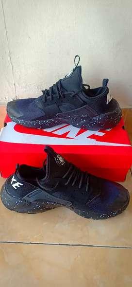 Sepatu Lari Warna Hitam