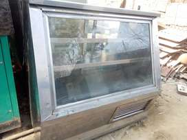 Display counter fridge 4ft available in good condition